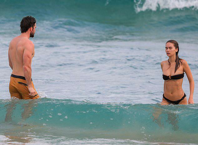 Liam hẹn hò Gabriella Brooks từ tháng 12 năm ngoái. Nam diễn viên đã đưa người yêu về ra mắt bố mẹ.
