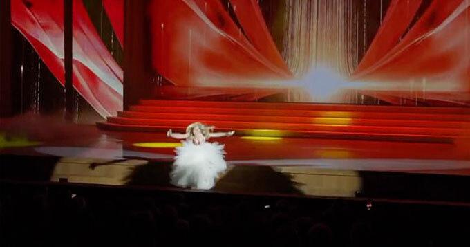 Ca sĩ ngã khỏi sân khấu khi đang biểu diễn