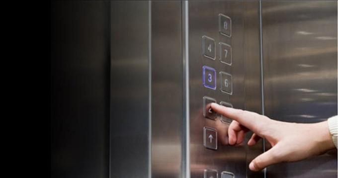 Các nút bấm thang máy là một trong những bề mặt dễ lây nhiễm virus. Ảnh: Oriental Daily.