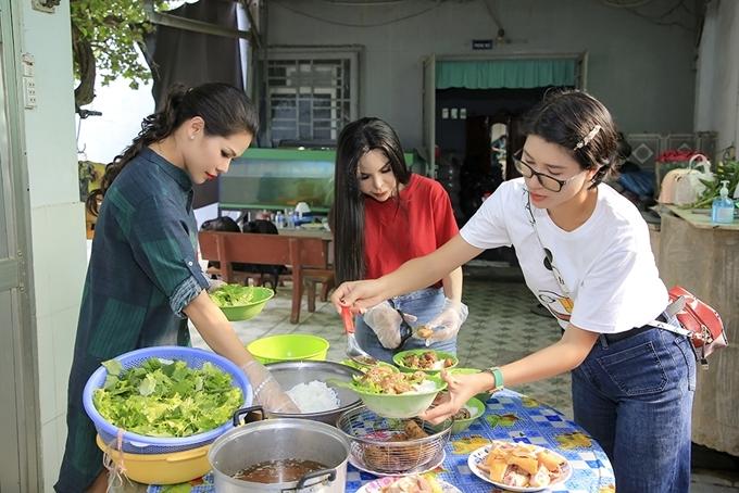 Sau khi trao quà, Trang Trần cùng bạn bè vào bếp để chuẩn bị bữa trưa cho các cụ. Các thành viên đoàn thiện nguyện không giấu được niềm hạnh phúc khi làm điều ý nghĩa trong ngày 8/3.