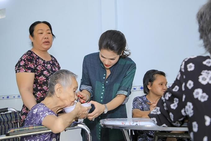 Hoa khôi doanh nhân Hương Hoàng chăm sóc một cụ già có sức khỏe yếu.