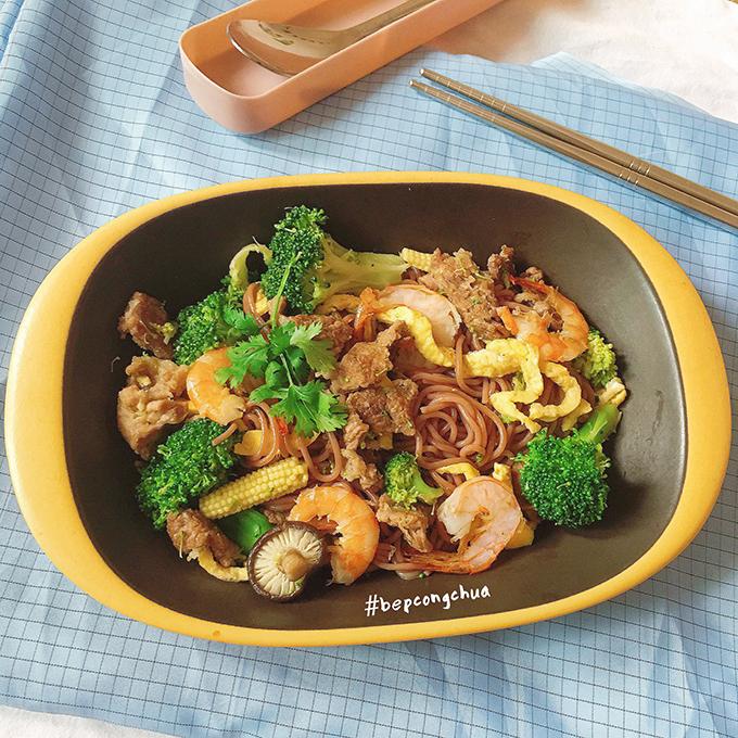 Cụ thể, Nguyệt hạn chế tinh bột, sử dụng nhóm tinh bột chuyển hoá chậm như gạo lứt, bún gạo lứt cho bữa ăn hàng ngày.