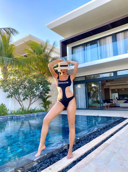 Cũng chọn bikini liền thân để chưng diện nhưng Minh Triệu lại tận dụng kiểu đồ bơi cut-out để khiến hình ảnh của mình trở nên ấn tượng hơn.
