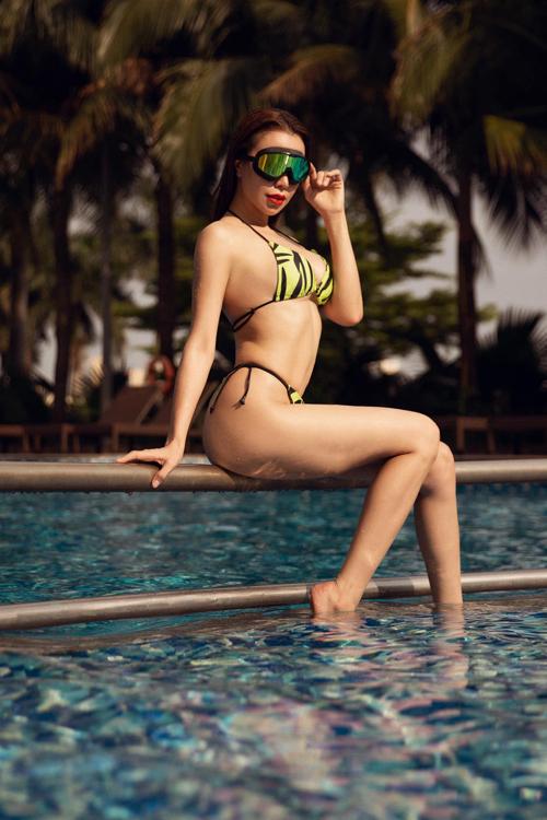 Trà Ngọc Hằng tạo dáng bốc lửa để khoe 3 vòng với thiết kế bikini in họa tiết sắc màu sặc sỡ.