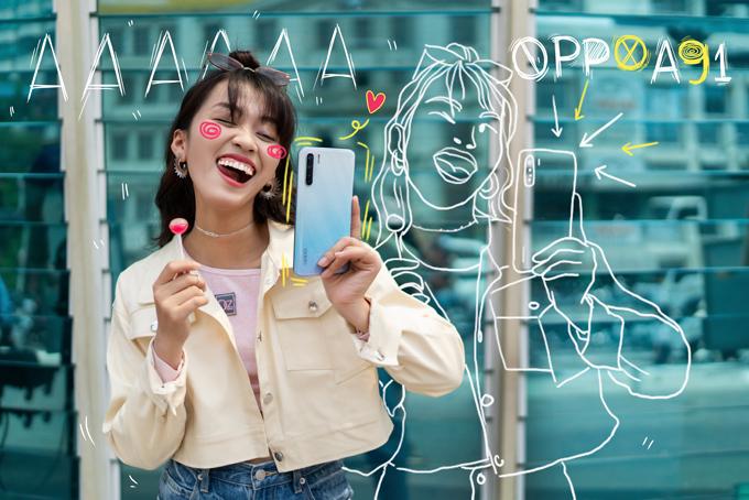 Oppo A91 sở hữu màn hình kích thước lớn đến 6,4 inch, độ phân giải Full HD+ 1080 x 2400, phần giọt nước camera selfie gọn gàng, cho tỷ lệ màn hình đạt 90,7% so với thân máy. Màn hình lớn mang lại trải nghiệm giải trí tuyệt vời hơn, tuy nhiên chiếc A91 vẫn có thể sử dụng dễ dàng bằng một tay nhờ tỷ lệ 20:9 thon gọn. Tấm nền AMOLED có độ sáng 430 nit mang đến góc nhìn rộng, màu sắc rực rỡ, đồng thời ẩn bên dưới là cảm biến vân tay thế hệ 3, cho thời gian nhận diện cực nhanh chỉ 0,32 giây.Tổng thể thiết kế máy hài hòa cùng 2 tùy chọn màu trắng sành điệu và đen mạnh mẽ. Hiệu ứng laser phản xạ ánh sáng đa sắc, hoàn thiện bóng bẩy, đổi màu dưới các góc nhìn giúp Oppo A91 không chỉ là smartphone, mà còn là một vật trang trí đầy chất công nghệ. Chỉ cần nhẹ nhàng thay đổi góc nghiêng, hàng loạt hiệu ứng màu sắc, các dải sáng như nhảy múa ở mặt lưng, khiến sản phẩm luôn sống động. Phần cạnh bo cong tinh tế kết hợp với độ mỏng chỉ 7,3 mm mang lại cảm giác sử dụng mượt mà.