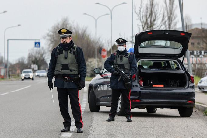 Cảnh sát Italy tại một chốt kiểm soát gần thành phố Bologna hôm 9/3. Ảnh: AP.