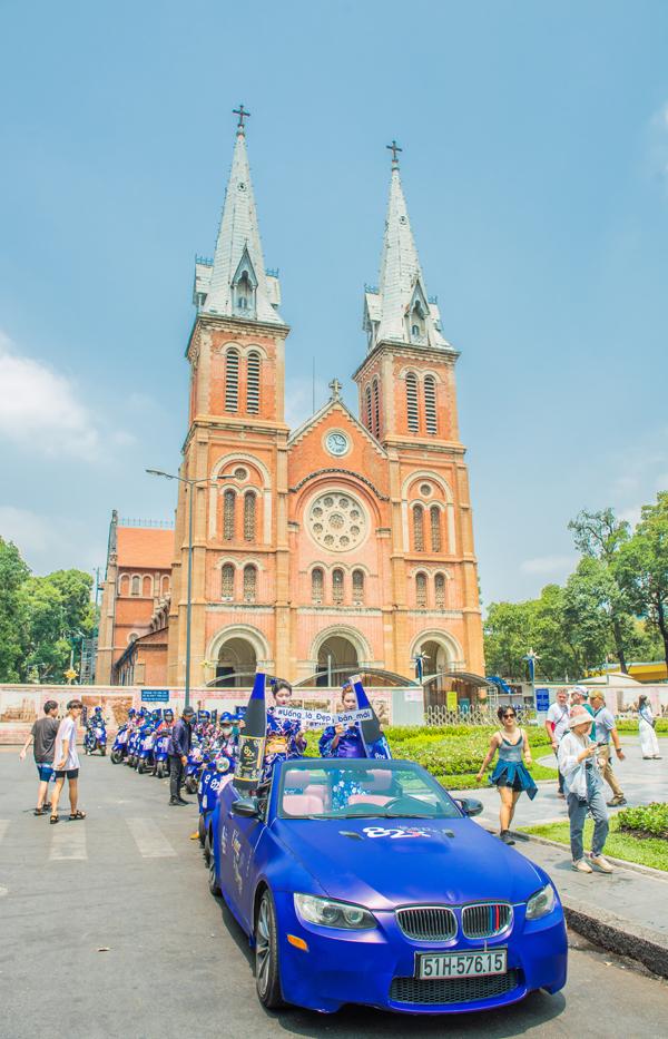 Cuối tuần qua, một số con phố lớn tại Sài Gòn như Nhà thờ Đức Bà, Nam Kỳ Khởi Nghĩa, Võ Văn Tần, Cách mạng Tháng Tám... thu hút sự chú ý của nhiều người với dàn người đẹp ngồi mui trần, lái xe vespa.