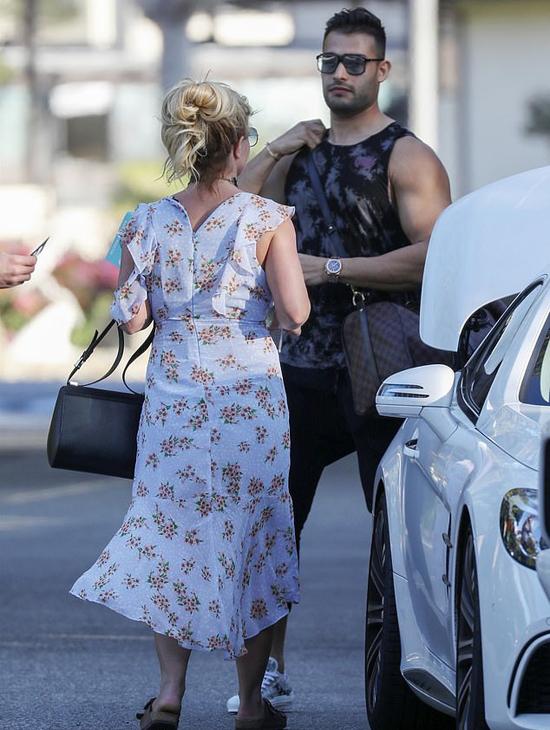Chân của Britney dường như đã lành hẳn sau khi cô bị gãy xương bàn chân trái vào tháng 2. Nữ ca sĩ phải nhập viện và bó bột nhiều ngày.