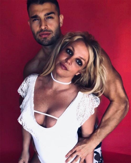 Sau khi hồi phục, Britney thực hiện bộ ảnh nóng bỏng với Sam Asghari nhân dịp sinh nhật của anh. Cô cũng gửi lời chúc ngọt ngào tới bồ trẻ: Chúc mừng sinh nhật sớm tới người đàn ông này. Tôi yêu và trân quý anh ấy hơn bất kỳ thứ gì.