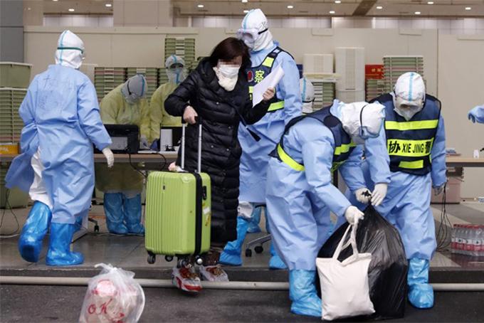 Bệnh nhân cuối cùngở bệnh viện dã chiến Giang Hán xuất viện hôm 9/3. Ảnh: Xinhua.