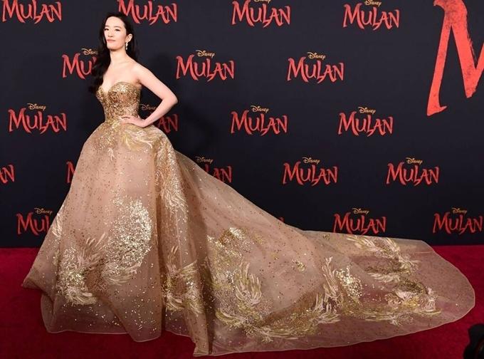 Các báo lớn của Mỹ như E Online, Entertainment Weekly đều khen ngợi Lưu Diệc Phi thu hút với bộ đầm cúp ngực đuôi cá,thêu chỉ lụa vàng và đính sequin. Chiếc váy này được cô đặt từ BST Haute Couture thu đông 2019 của NTK Elie Saab. Để làm nổi bật bộ váy một cách tuyệt đối, nữ diễn viên Trung Quốc xõa tóc đơn giản, trang điểm nhẹ và hạn chế trang sức.