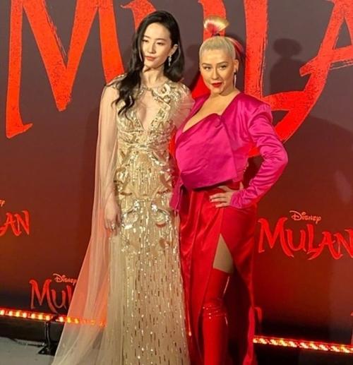 Lưu Diệc Phi bên Christina Aguilera.