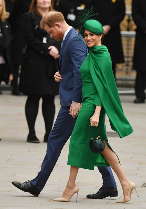 Meghan mặc set đồ hơn 300 triệu đồng khi rời hoàng gia - 1