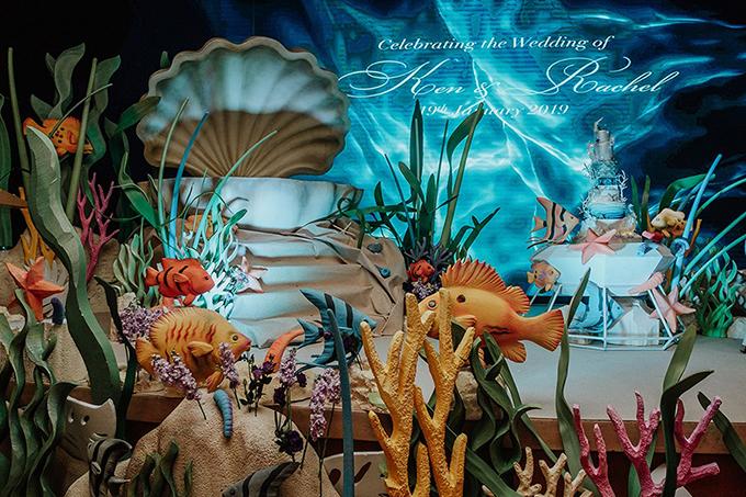 Điểm gây ấn tượng mạnh tới khách mời là không gian tiệc cưới của uyên ương nhưđại dương thu nhỏ, có các cụm san hô, cá biển.