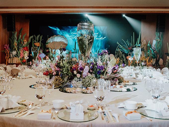 Các bàn tiệc tròn đều được điểm rất nhiều hoa tươi, góp phần tạo nên khung cảnh cổ tích hư ảo của tiệc cưới.