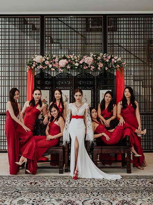 Cô dâu thay váy đuôi cá để chụp ảnh bên phù dâu diện váy đỏ.