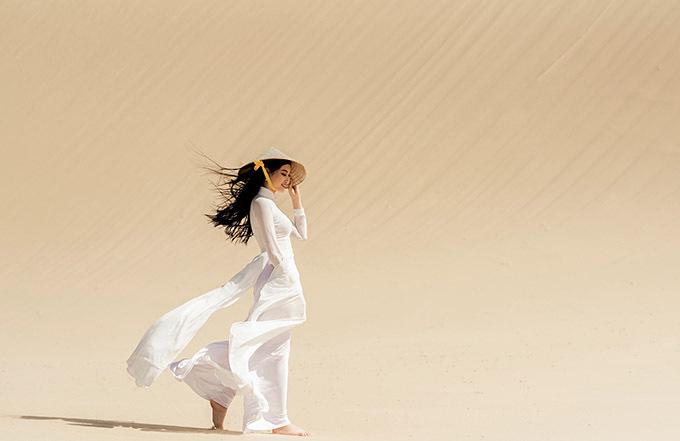 Hoa khôi miền Trung khoe vẻ duyên dáng, thướt tha khi chân trần đi trên cát nóng.