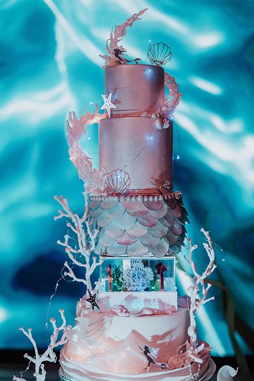 Bánh cưới cầu kỳ, được đính vảy giống trên đuôi mỹ nhân ngư.