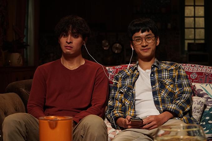 Trần Nghĩa (phải) và Công Dương trong phim Phòng trọ Balanha.