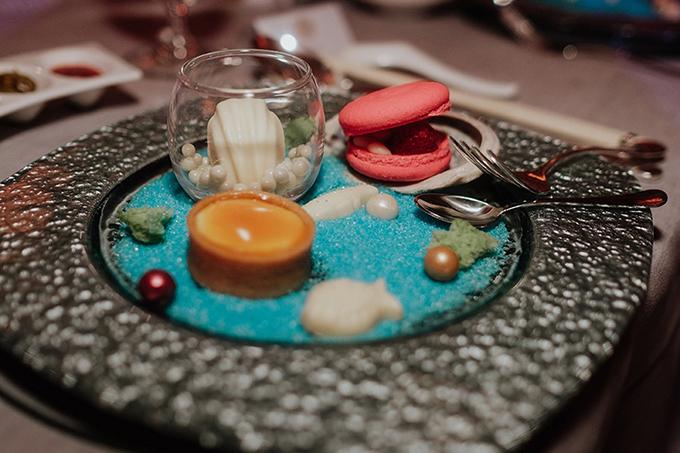 Bánh tráng miệng dành cho khách mời như một bể cá thu nhỏ với các hạt ngọc trai từ đường, bánh cá, bánh hình vỏ sò.