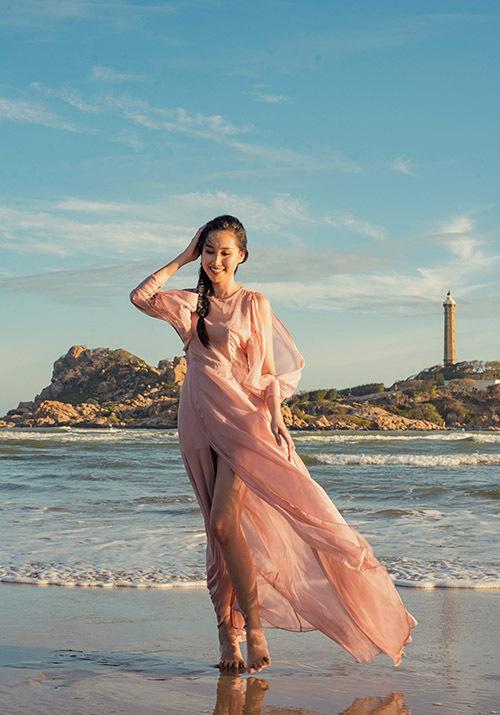 Hồng Trang giới thiệu vẻ đẹp hoang sơ của vùng biển quê hương.