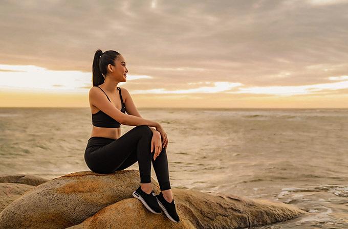 [CaptionTrước ngày lên đường sang Ai Cập dự thi Miss Eco International 2020, Đoàn Hồng Trang chăm chỉ tập Gym để có cơ thể chuẩn nhất. Bên cạnh đó, người đẹp cũng tập múa, tập nhảy, chuẩn bị váy áo, quốc phục...để có thể tỏa sáng tại sân chơi quốc tế lần này. Với quyết tâm cùng với sự chuẩn bị kỹ càng cũng như kinh nghiệm trên sàn diễn, Đoàn Hồng Trang nhận được nhiều sự kỳ vọng của người hâm mộ nước nhà.  Với danh hiệu chính quy trong nước, Đoàn Hồng Trang chính thức được Cục nghệ thuật biểu diễn cấp phép đại diện Việt Nam tham dự Miss Eco International 2020. Đây là động lực rất lớn để mỹ nhân quê Bình Thuận cố gắng hơn nữa trên chặng đường phía trước. Cuộc thi sẽ diễn ra từ ngày 23/3-11/4. Đoàn Hồng Trang sẽ lên đường qua Ai Cập vào ngày 21/3 để tranh tài với khoảng 70 thí sinh đến từ 70 quốc gia khác.