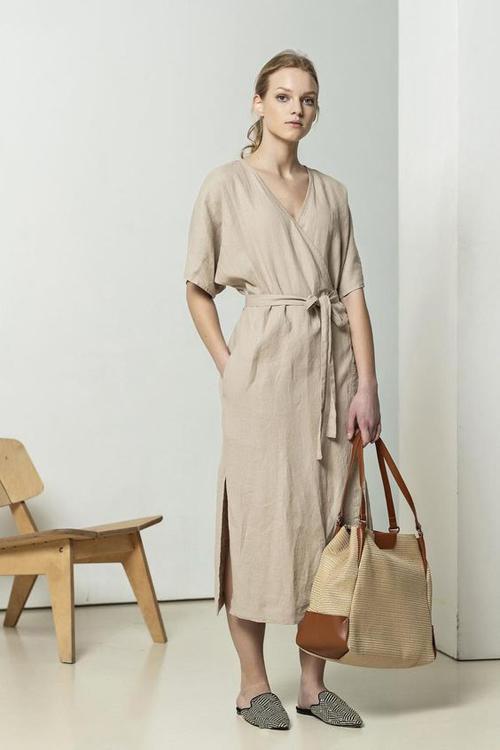 Set đồ nhẹ nhàng cho ngày hè với kiểu đầm free size thiết kế trên chất liệu linen mỏng. Phụ kiện đi kèm là túi vải và dépslip on vải bố.