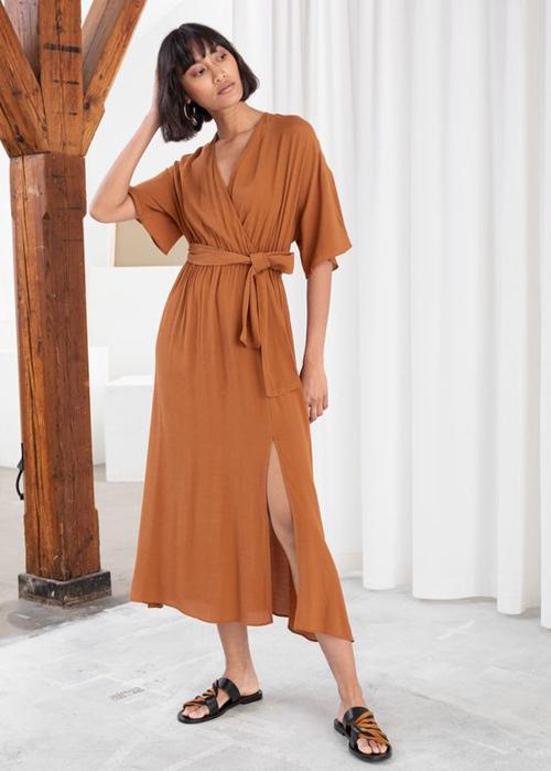 Váy vạt quấn, đầm thắt eo không phải là trang phục quá xa lạ với các cô nàng mê mặc đẹp. Kiểu đầm thiên về nét nhẹ nhàng này dễ dàng sử dụng quanh năm, nhưng vào mùa hè chúng lại được ưa chuộng nhiều hơn.