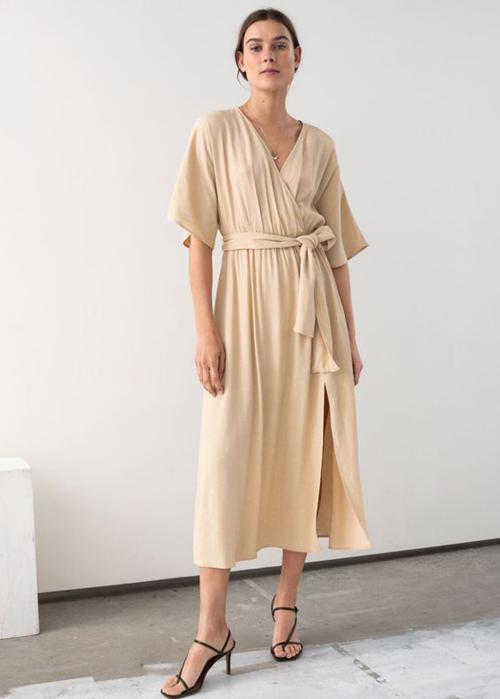 Đàm thoáng mát cho ngày hè mang dáng dấpchiếc áo choàng ngủ. Khi thay đổi chất liệu và biến tấu đơn sơ về kiểu dáng nó lại mang đến công dụng mới.