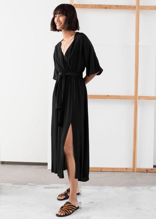 Lụa chiffon, lụa nhân tạo thường mang tới các mẫu váy có độ rũ vừa phải, người mặc cảm thấy nhẹ nhõm bởi các loại vải mềm và kiểu dáng xẻ ngực sâu đi kèm xẻ chân váy.