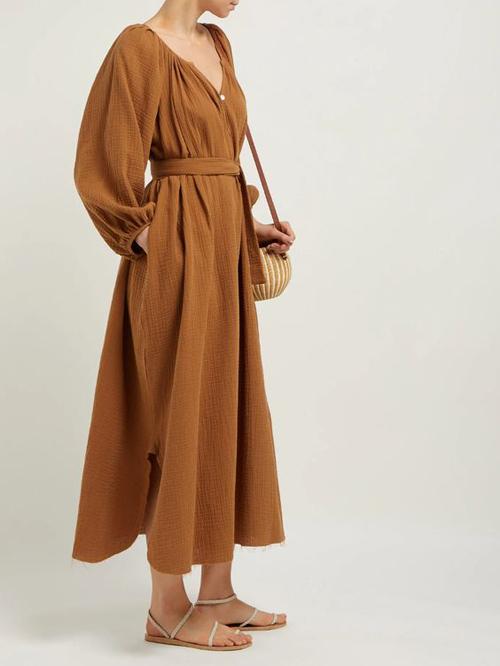 Ngoài kiểu váy vạt quấn được phát triển từ kiểu áo ngủ, áo choàng mặc trong nhà là các kiểu váy tay bồng thanh nhã.