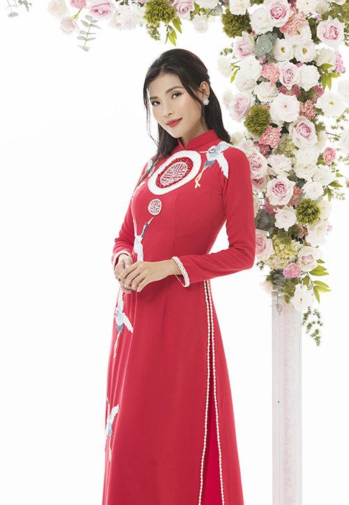 Nữ diễn viên duyên dáng trong tà áo dài cưới gam đỏ, hoạ tiết đậm nét Á đông.