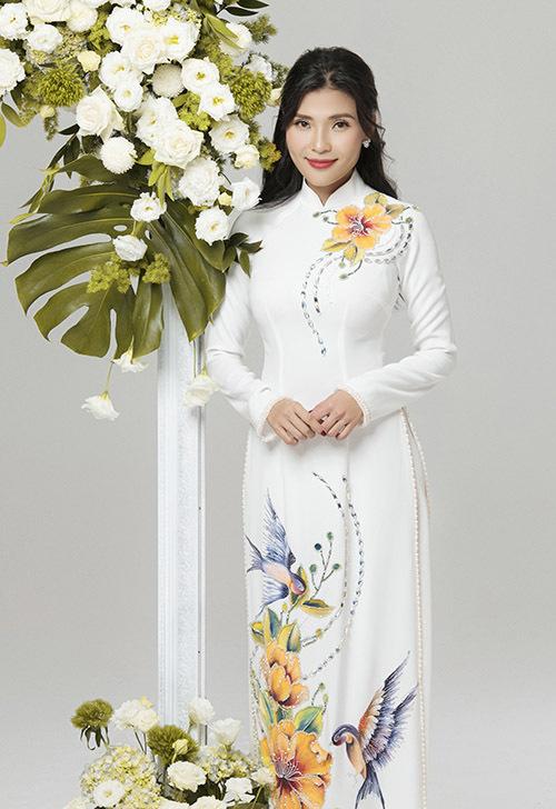 Kiểu trang phục cổ trụ truyền thống thêu hình chim muông, hoa lá phù hợp với các cô gái tính cách truyền thống, thích kín đáo, trang nhã.