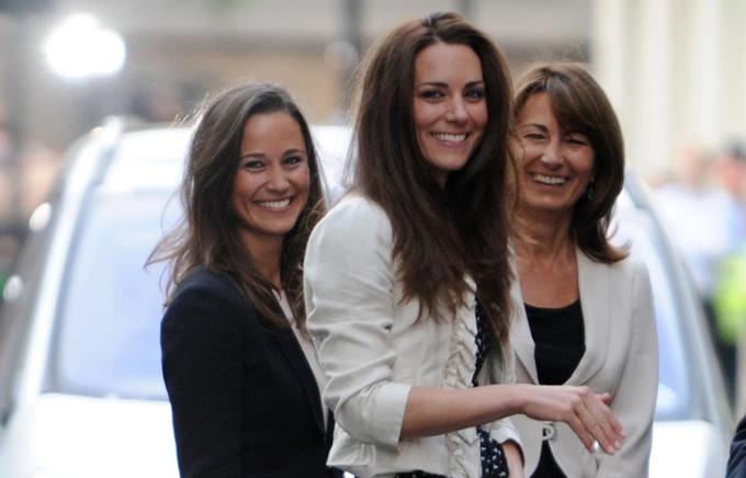 Kate cùng mẹ và em gái rời The Gloring Hotel hồi năm 2011, trước khi cô kết hôn với Hoàng tử Harry. Ảnh: The Sun.