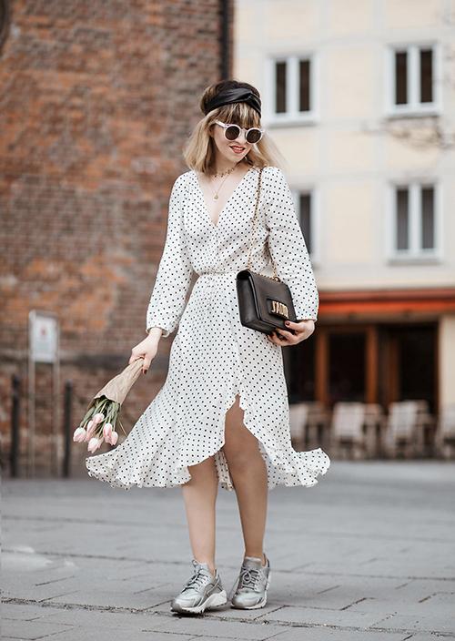 Thiết kế  vạt đắp bay bổng đi kèm giày thể thao là gợi ý thú vị để nàng trải nghiệm.