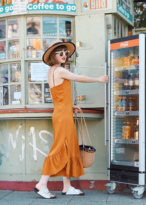 Đầm hai dây phom dáng đơn giản trở nên thu hút hơn khi nhấn nhá chi tiết cách điệu ở đuôi váy.