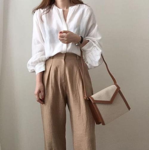 Khi diện các liểu quần linen cùng áo blouse mỏng, các tín đồ thời trang thường có thói quen sử dụng các kiểu túi vải canvas, túi vải bố để mang tới nét hài hoà cho tổng thể.