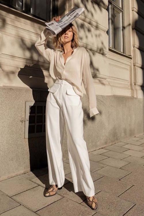 Những những mẫu quần suông, màu trắng ngà, trắng kem... là sản phẩm quen thuộc vào mùa nắng. Mỗi năm, chúng lại được biến tấu nhẹ nhàng để tạo sức hút với phái đẹp.