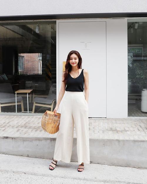 Linen trắng thường được mix ton-sur-ton cùng áo thun, áo hai dây hoặc phối màu tương phản cùng các kiểu áo sát nách, ba lỗ sexy.