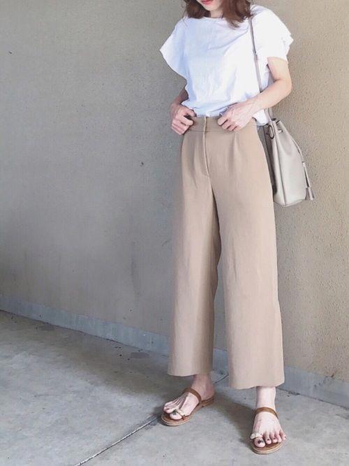 Quần vải thô màu trung tính lại được sử dụng cùng các kiểu áo blouse mỏng nhẹ trên chất liệu cotton, chiffon lụa nhằm tăng phần nữ tính.