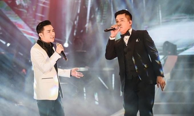 Ca sĩ Tuấn Hưng (áo đen) và ca sĩ Quang Hà.