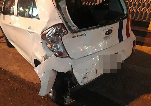 Ô tô 4 chỗ bị đâm trúng phần đuôi.
