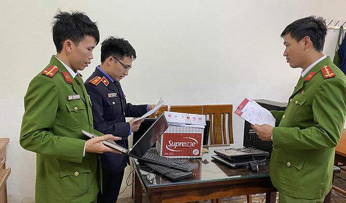 Công an thu giữ nhiều máy tính và tài liệu liên quan đường dây đánh bạc qua mạng do Vũ cầm đầu.