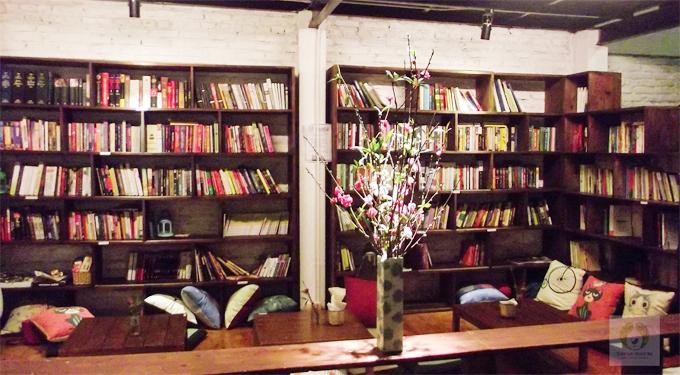 : Không nằm ngoài mặt phố nhưng quán vẫn được nhiều du khách và người nước ngoài sống ở Việt Nam biết tới. Ảnh: Tổ chim xanh.