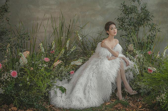Váy có đuôi dài tạo sự thướt tha ở từng nhịp bước của cô dâu.
