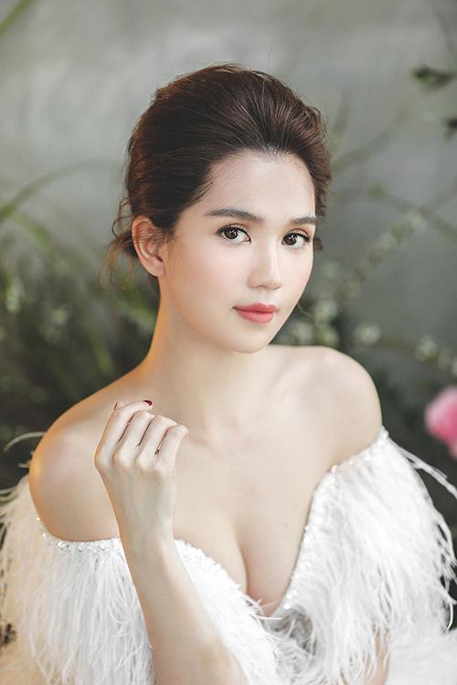 Ngọc Trinh có dịp làm cô dâu tập sự khi khoác lên mình những mẫu váy cưới sắp ra mắt ở bộ sưu tập xuân hè của NTK Chung Thanh Phong.