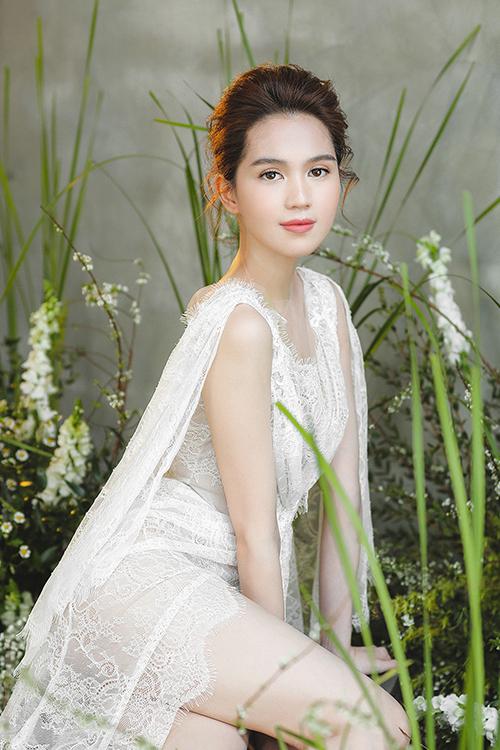 Váy cưới có tà phụ nhằm tạo sự thướt tha trong từng cái nhấc tay của cô dâu.