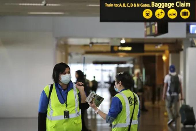 Các nhân viên vệ sinh sân bay nằm trong nhóm có nguy cơ bị lây nhiễm nCoV cao nhất. Ảnh: Guardian.