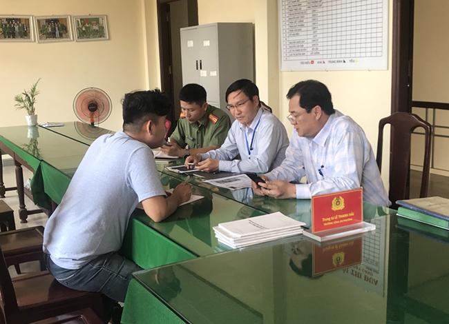 Nam thanh niên tại buổi làm việc với Thanh tra Sở Thông tin và Truyền thông. Ảnh Sở Thông tin và Truyền thông
