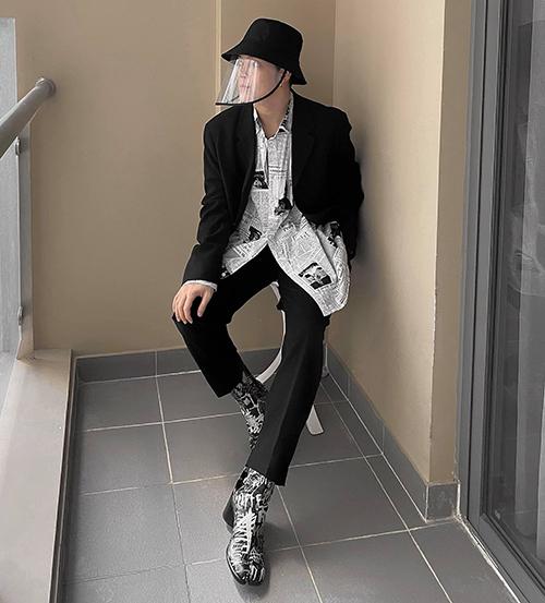 Bên cạnh việc chọn khẩu trang tiệp màu với trang phục, stylist Keibin luôn thể hiện cách mix đồ chất lừ dù phải sử dụng các phụ kiện bảo vệ sức khoẻ.